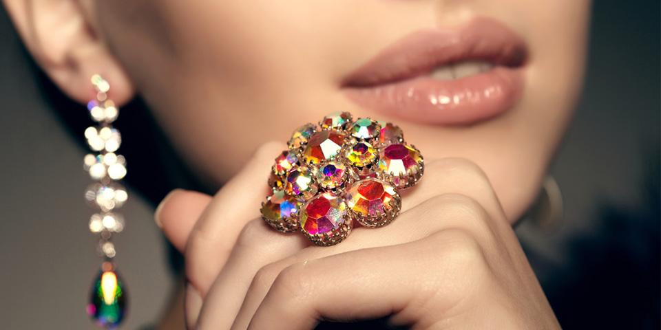 mücevher ile kıyafet uyumu sağlama, mücevher ile kıyafet uyumunu yakalama, kıyafet üzerine mücevher seçimi